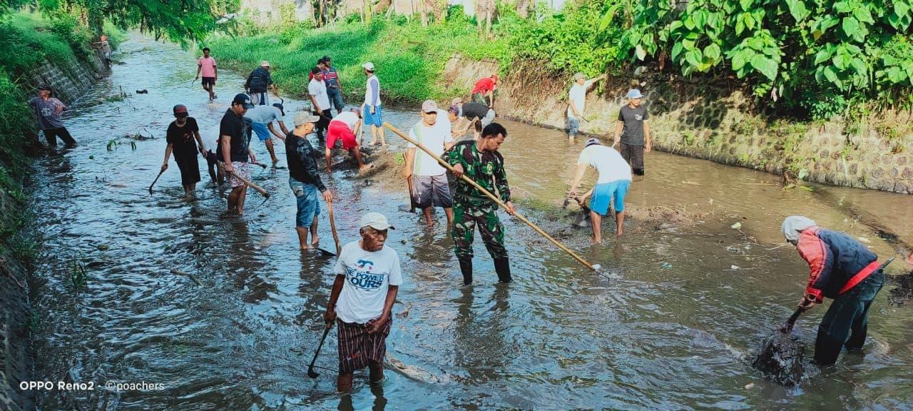 Antisipasi Banjir, Kodim Jember dan Warga Bersihkan Saluran Air