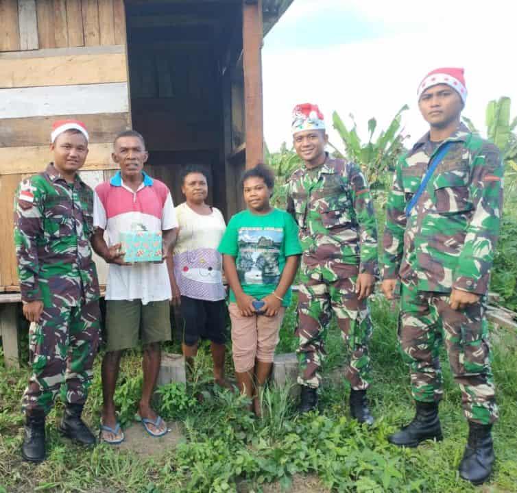 Meriahkan Natal, Satgas Pamtas Yonif R 300 Bagi Kado ke Rumah Warga