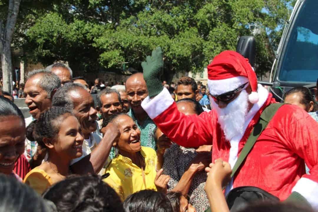 Berbagi Bahagia, Satgas Yonif 132 Hadirkan Sinterklas Di Desa Terpencil
