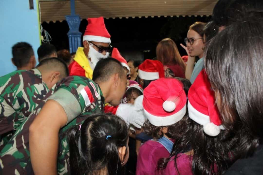 Rayakan Natal, Satgas Yonif R 641 Bagikan Alkitab dan Alat Tulis