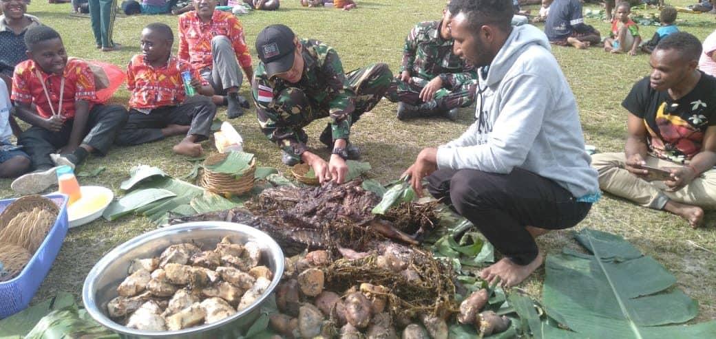 Hargai Kearifan Lokal, Personel Satgas Yonif 509 Hadiri Acara Adat Bakar Batu di Papua