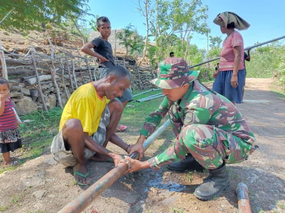 Saluran Air Bersih Satgas Yonif 132 Atasi Krisis di Tasinifu
