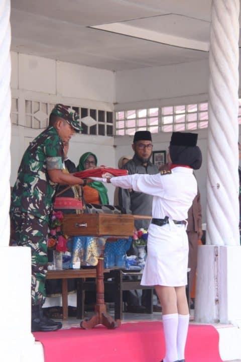 Tanamkan Semangat Patriotisme, Satgas Yonif RK 136 dan Warga Peringati Pengibaran Merah Putih di Leihitu