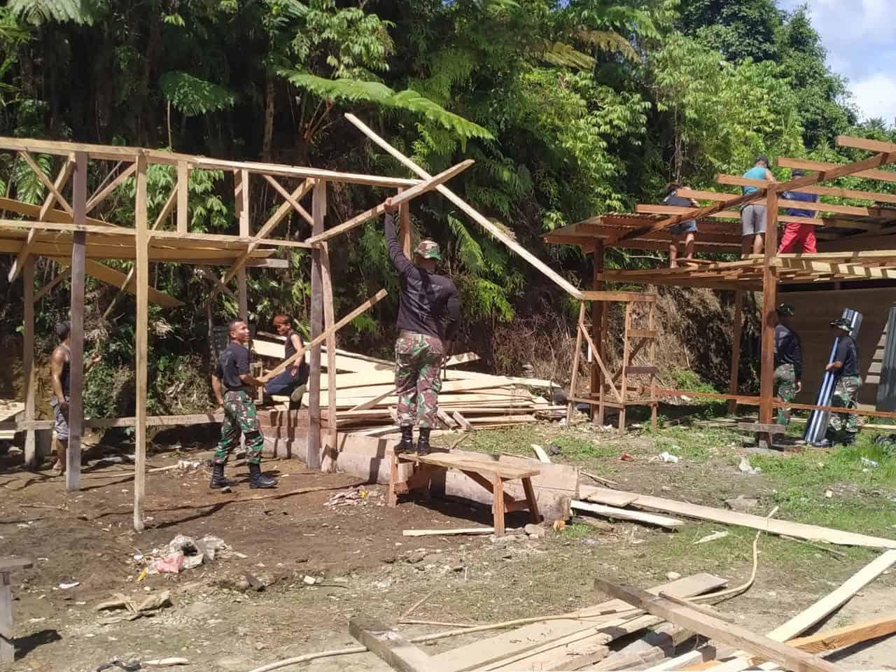 Bedah Rumah, Bakti Satgas Yonif R 300 Bagi Warga Papua