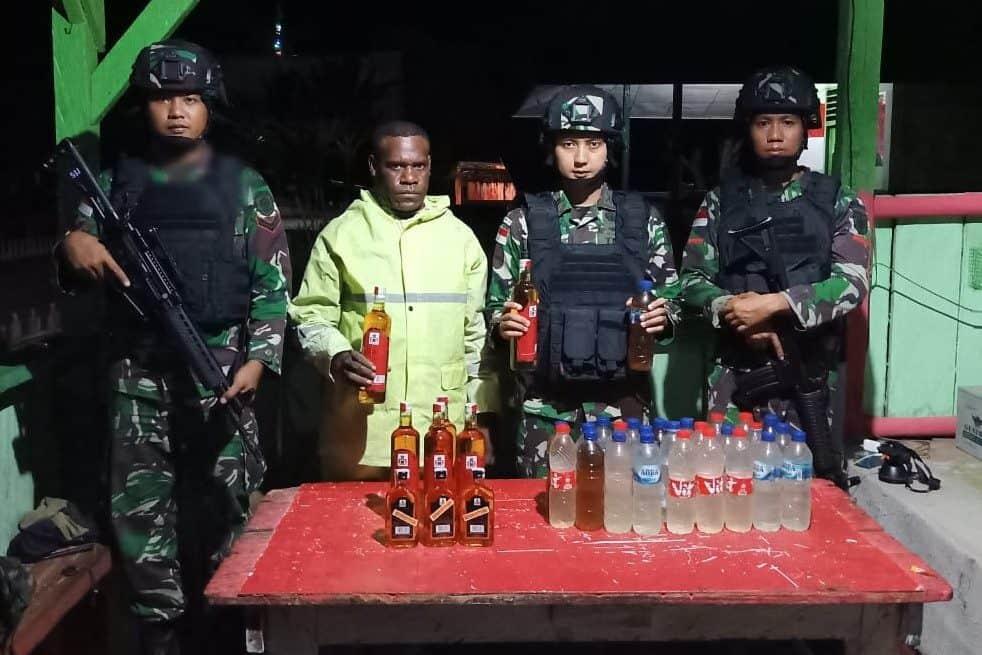 Bawa 35 Botol Miras, Warga Boven Digoel Diamankan Satgas Pamtas Yonif MR 411