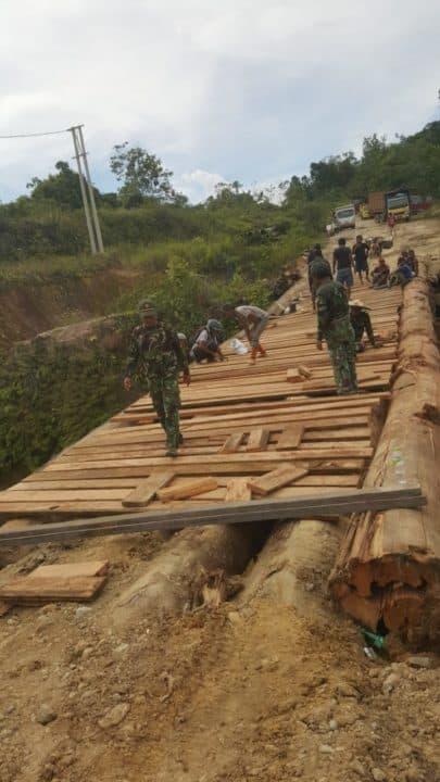 Akses Terputus, Kodim Kutai Barat Bangun Jembatan Darurat Kubar ke Mahulu