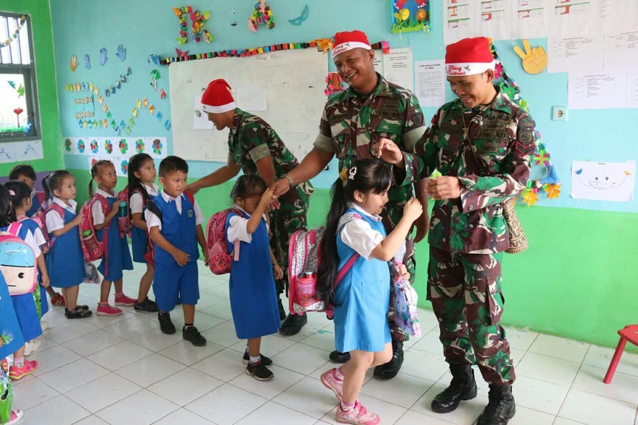 Jelang Natal, Satgas Yonif 303 Berikan Hiburan dan Kado di Perbatasan RI-Malaysia