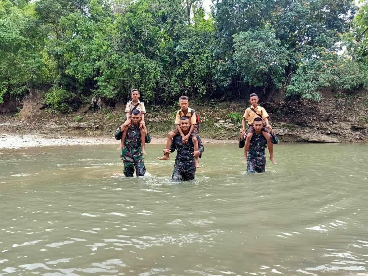 Satgas Pamtas Yonif R 142 Bantu Siswa Seberangi Sungai Berarus Deras