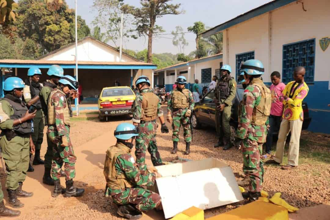 Simpati, Warga Afrika Tengah Serahkan Mortir dan Munisi Ke Kizi TNI Konga XXXVII-F