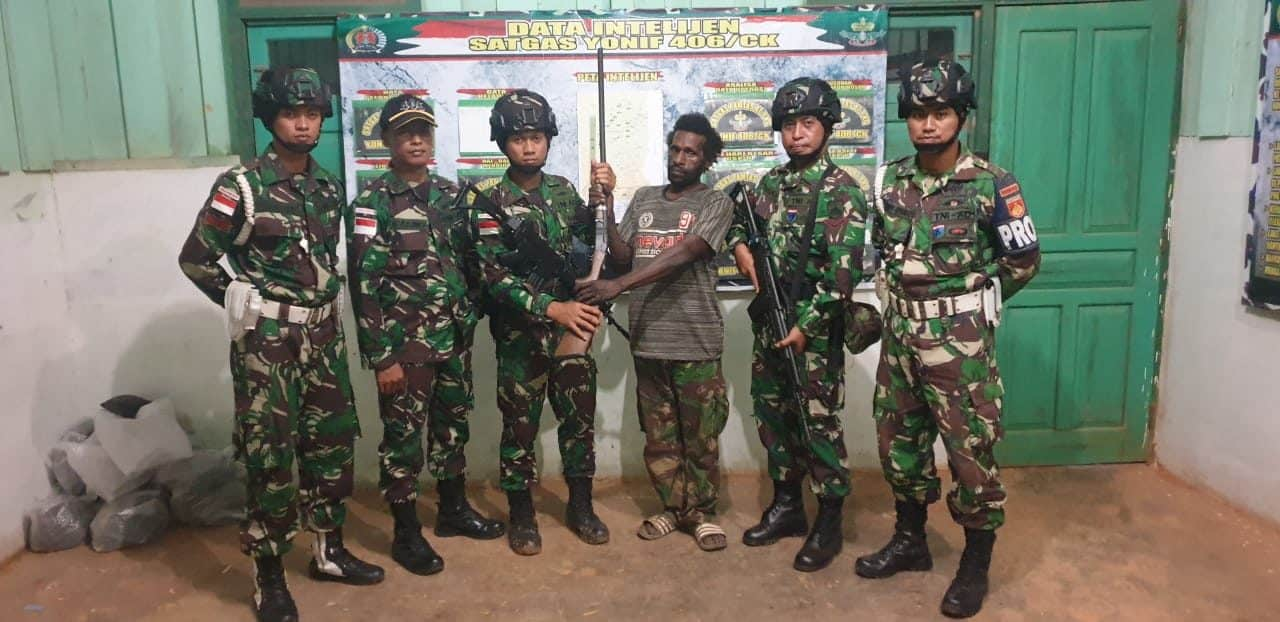 Sukarela, Penghubung TPN/OPM Serahkan Senpi Ke Satgas Yonif 406