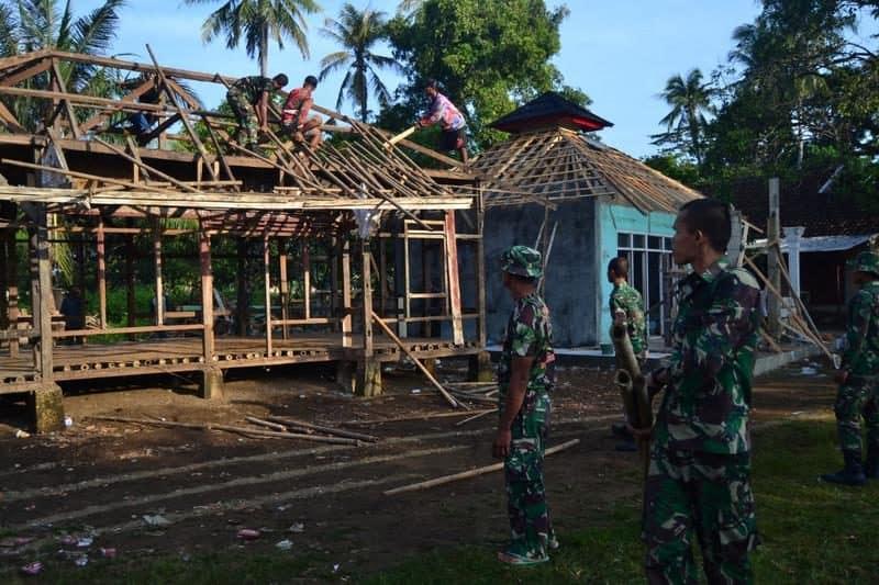 Tidak Layak Huni, Rumah Ustadz Ropadin (50) Dibedah Yonarmed 13/Kostrad