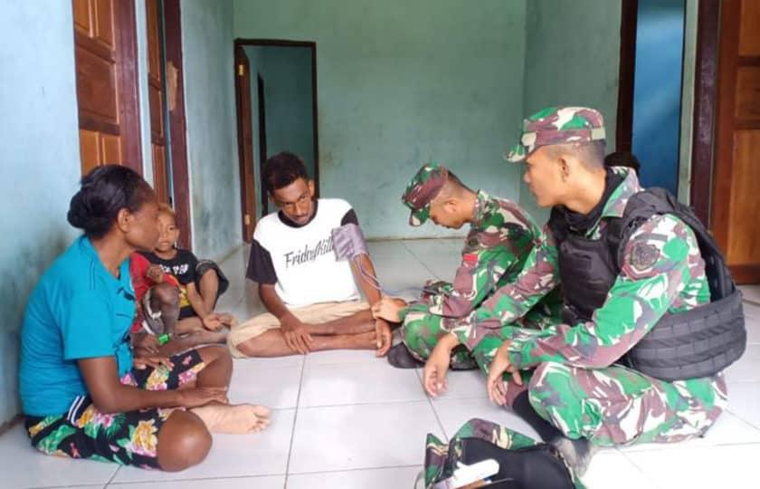 Layani Kesehatan Warga Papua, Satgas Yonif Raider 300 Datangi Rumah