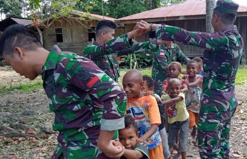 Matangkan Jiwa Sosial Anak Papua, Satgas Yonif 300 Kembangkan Permainan Edukatif