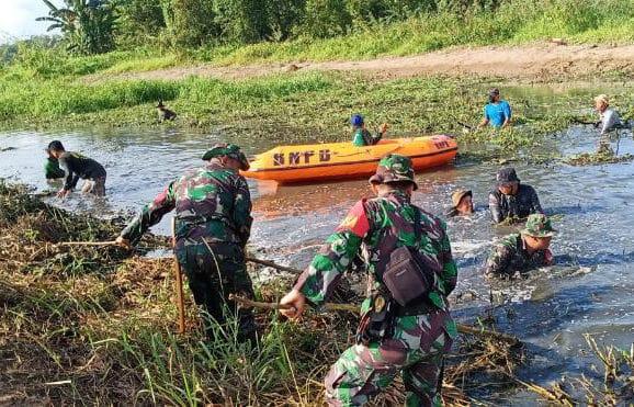 Cegah Banjir, Prajurit Korem 091/ASN Bersihkan Sampah Sungai Karang Mumus
