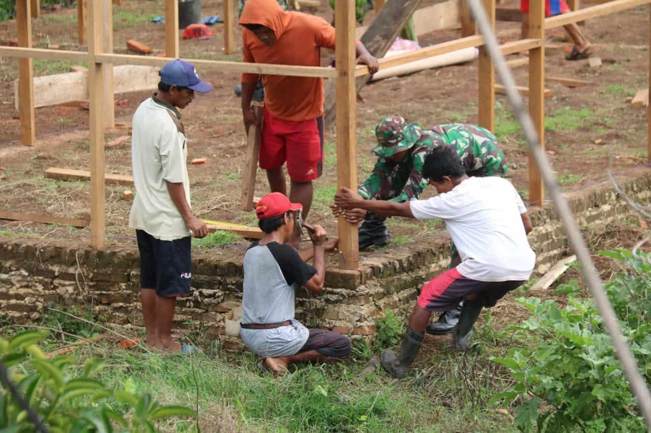 Wujudkan Impian Warga Perbatasan, Satgas Yonif MR 411/Pdw Bantu Bangun Rumah