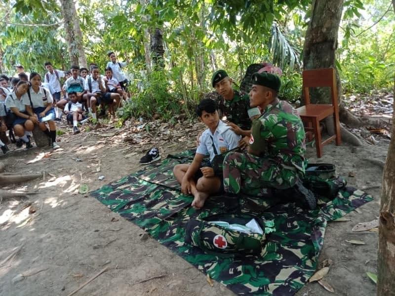 Satgas Yonif RK 136 Bekali Pelajar Salahutu Tentang P3K