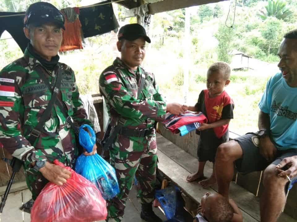 Atasi Kesulitan Warga Papua, Satgas Yonif R 509 Bagikan Baju Layak Pakai