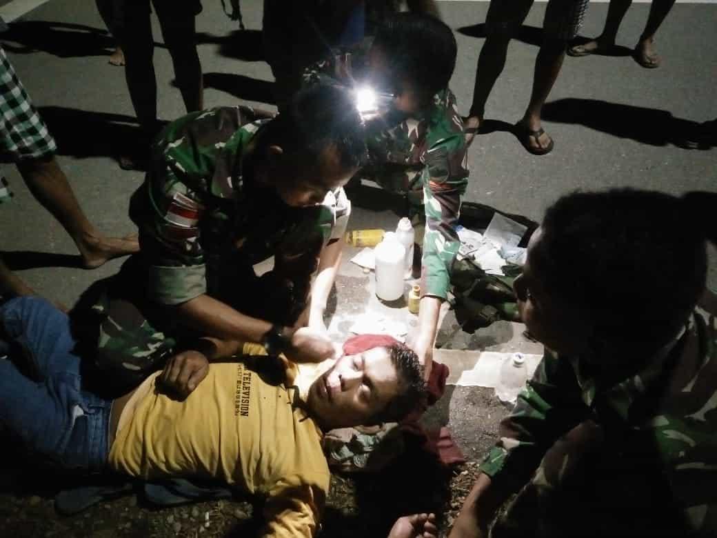 Kecelakaan Akibat Mabuk, Sampuam Ditolong Satgas Pamtas Yonif 133