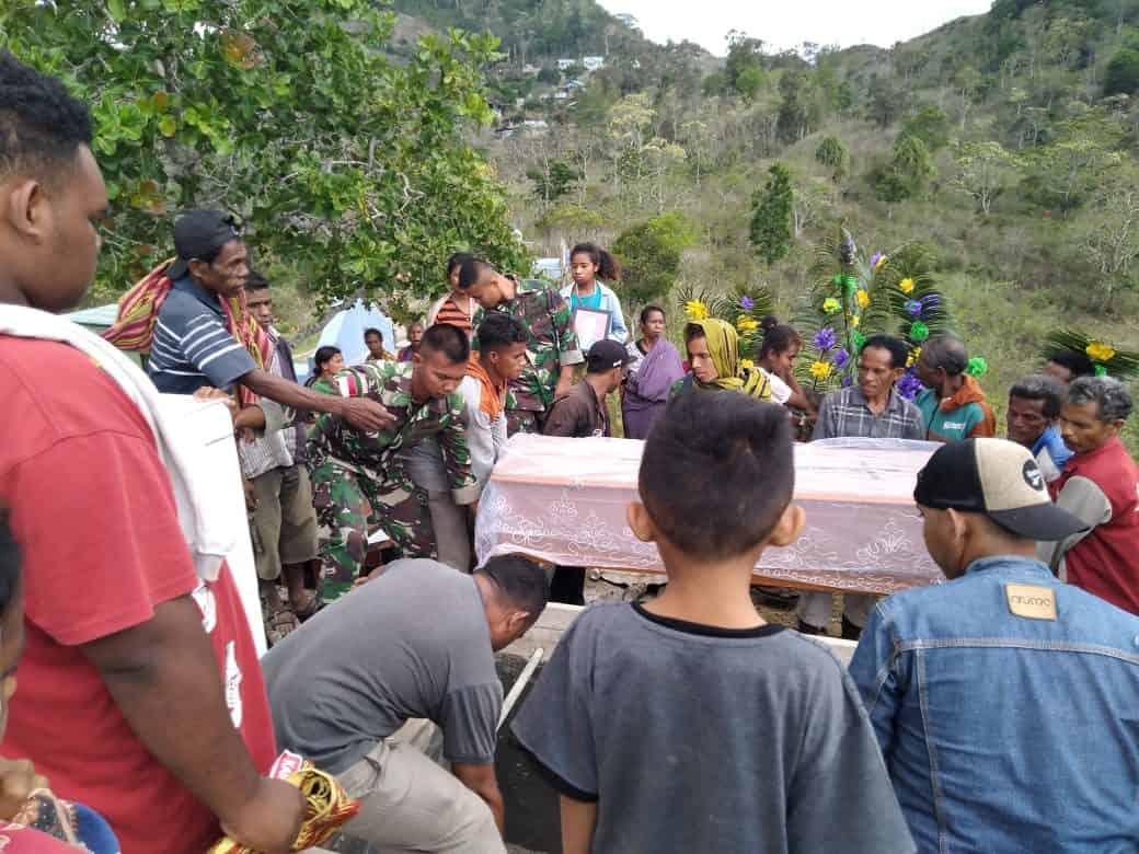 Peduli Keluarga Pejuang, Satgas Yonif 142 Bantu Pemakaman di Belu