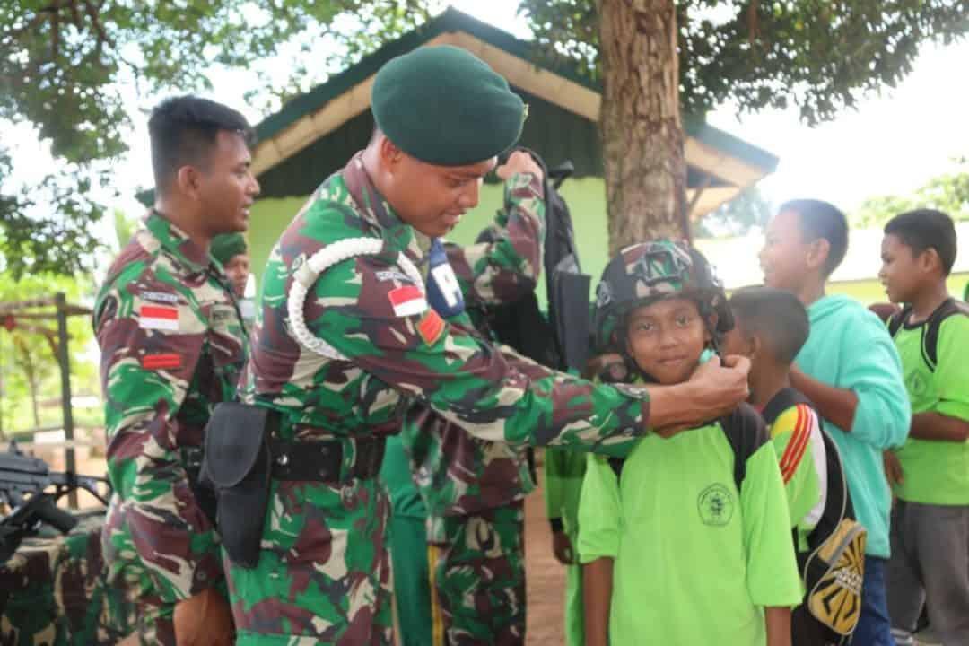 Belajar Bela Negara di Pos Satgas Yonif MR 4, Pelajar Kenali Ransum dan Senjata TNI