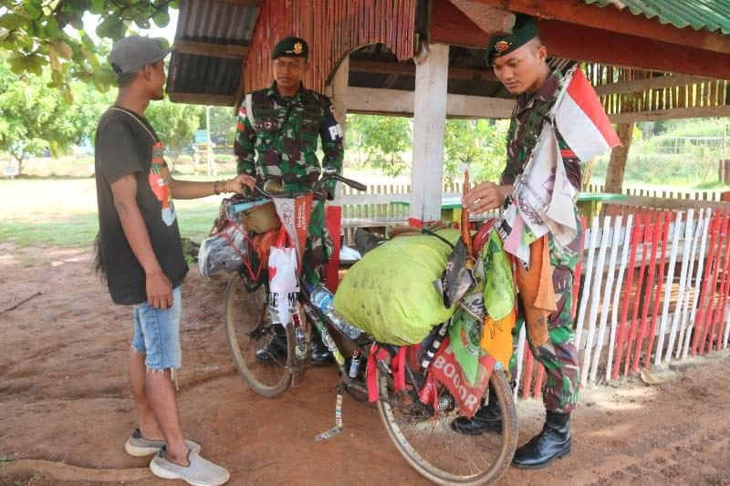 Penjelajah Nusantara, Dengan Onthel Rajip Kunjungi Satgas Pamtas MR 411 di Merauke