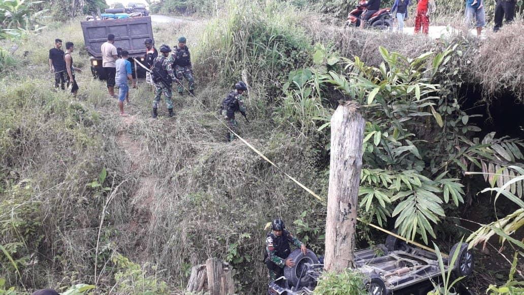 Cidera Berat, 3 Korban Kecelakaan Masuk Jurang Dievakuasi Satgas Yonif 755