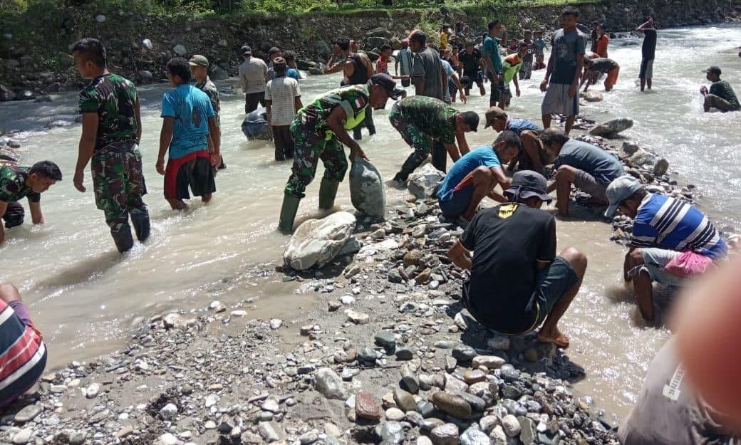 Desa Perbatasan Bersih dan Sehat, Satgas Yonif 132 Gelar Jumat Bersih