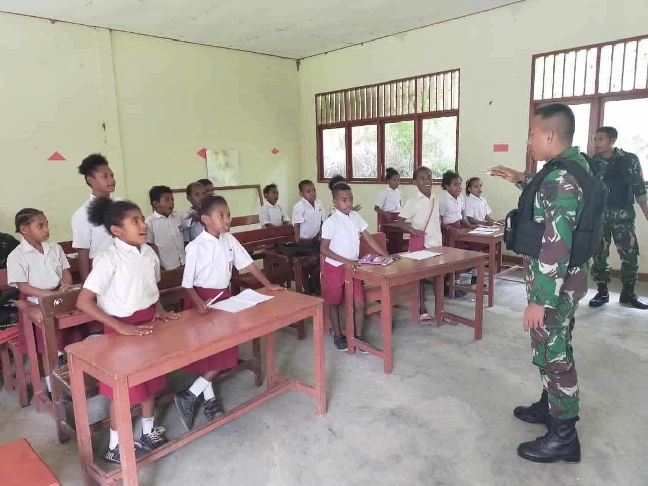 Peduli Pendidikan Anak, Satgas Yonif 713 Mengajar di Perbatasan RI-PNG