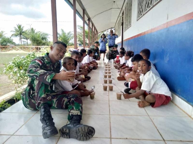 Satgas Yonif 411 Gelar Makan Bubur Bersama Anak Perbatasan RI-PNG