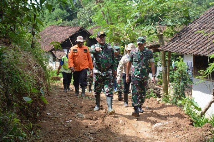 Sempat Terisolasi, Kodim Jember Bangun Kembali Jalan di Klungkung