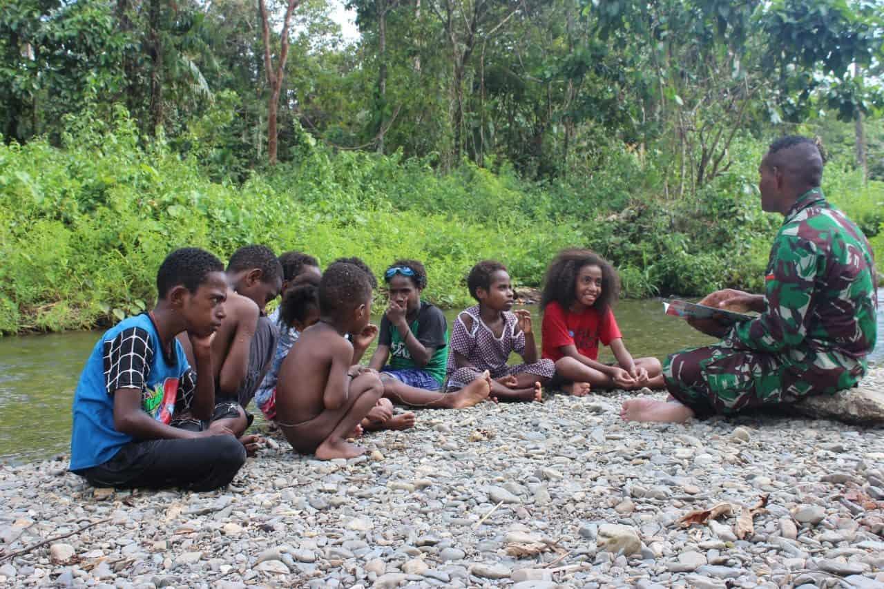 Lewat Dongeng, Satgas Yonif 754 Ajarkan Sikap dan Perilaku Positif Anak Papua