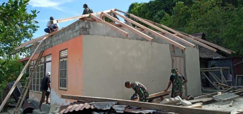 Rusak Akibat Gempa, Satgas Yonif RK 136/TS Bantu Bangun Kembali Rumah Warga Aboru