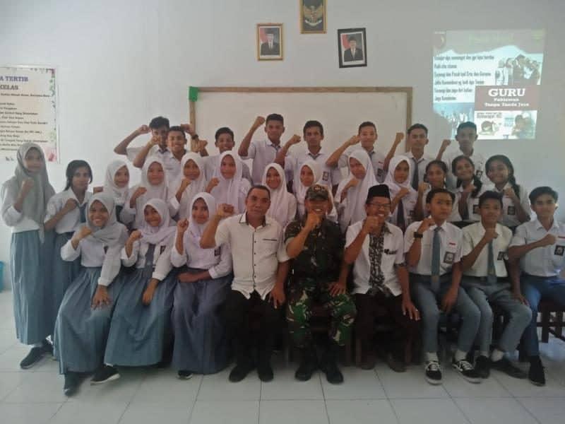 Mengajar di Pulau Haruku, Satgas Yonif 136 Bangkitkan Nasionalisme