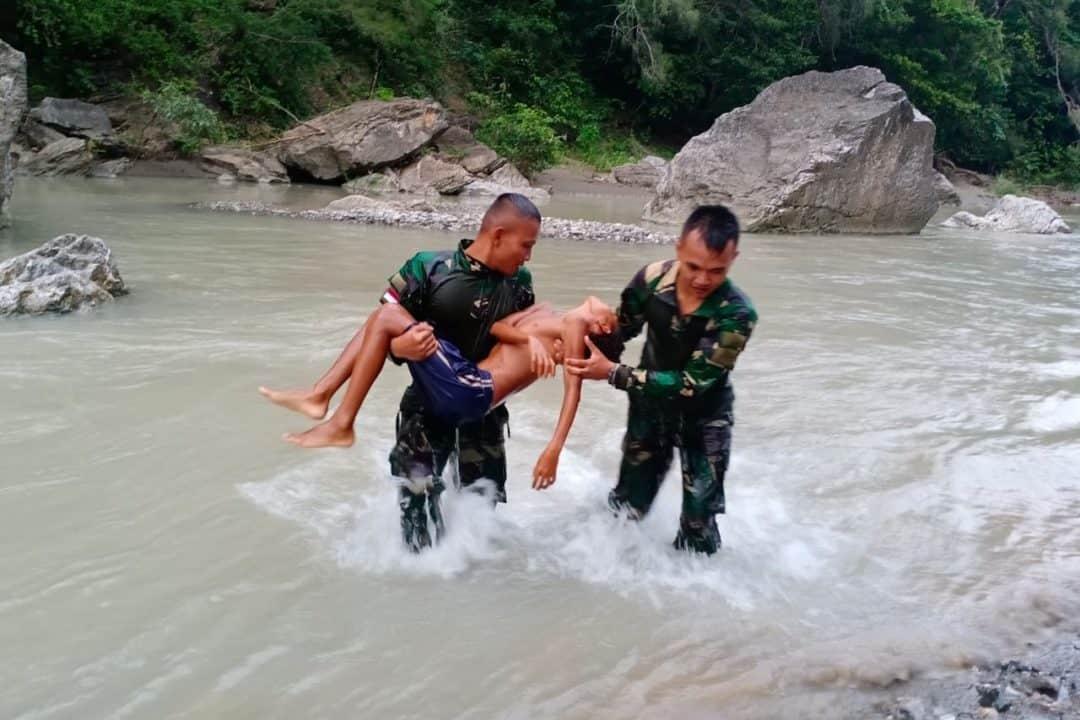 Terseret Arus Sungai, Yohanis Falo Diselamatkan Satgas Yonif 132
