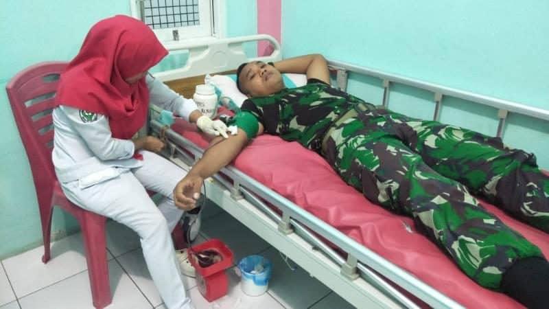Kakek Saini Derita Anemia, Satgas Yonif RK 136 Donorkan Darah