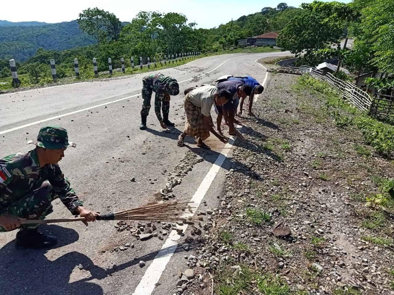 Cegah Kecelakaan, Satgas Yonif 142/ Bersihkan Kerikil Berserakan di Jalan
