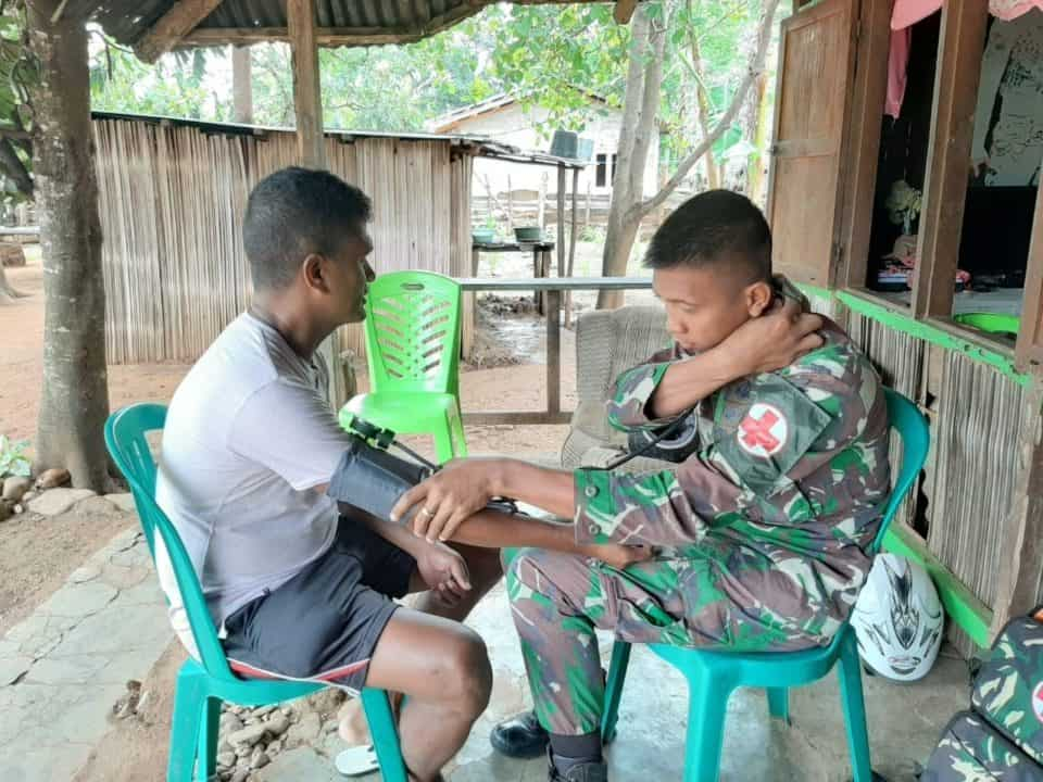 Permudah Layani Kesehatan di Perbatasan RI-RDTL, Satgas Yonif 142 Datangi Rumah Warga