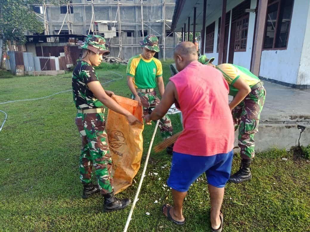 Bantu Pelayanan Kesehatan Warga Papua, Satgas Yonif 754 Bersihkan Puskesmas