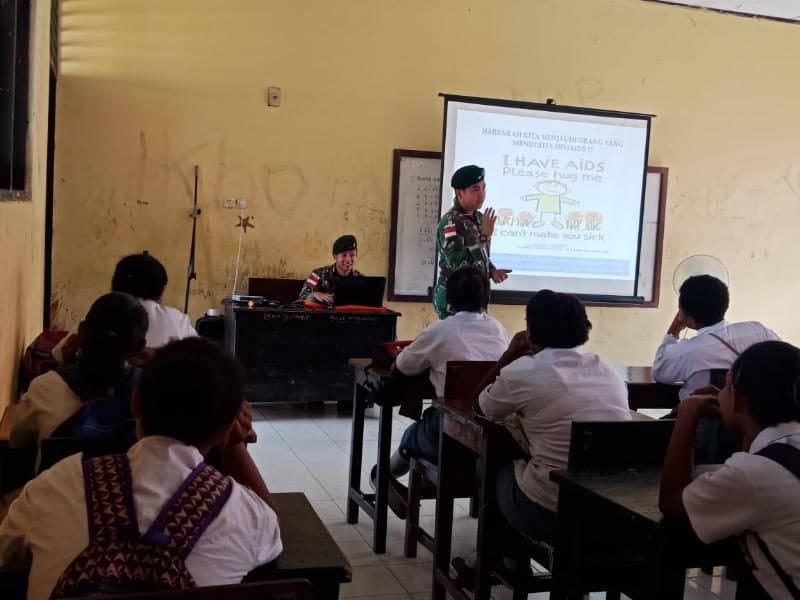 Penyuluhan Satgas Yonif R 300, Kenalkan Bahaya HIV/AIDS bagi Remaja Papua