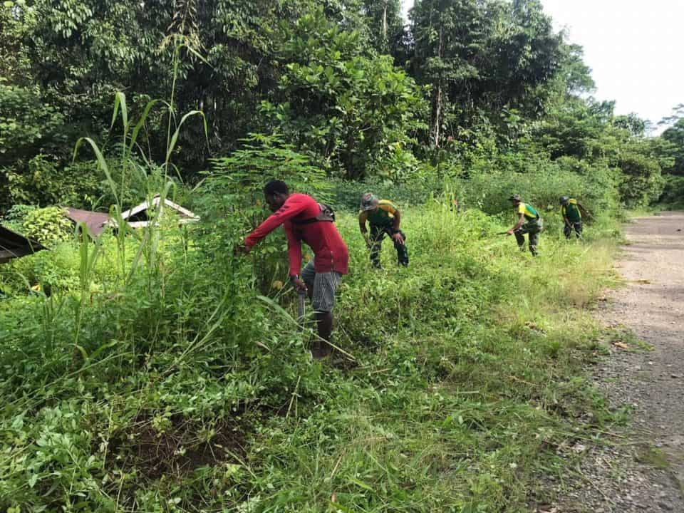 Tertutup Rumput Ilalang, Satgas Yonif 754 Bersihkan TPU Narayo