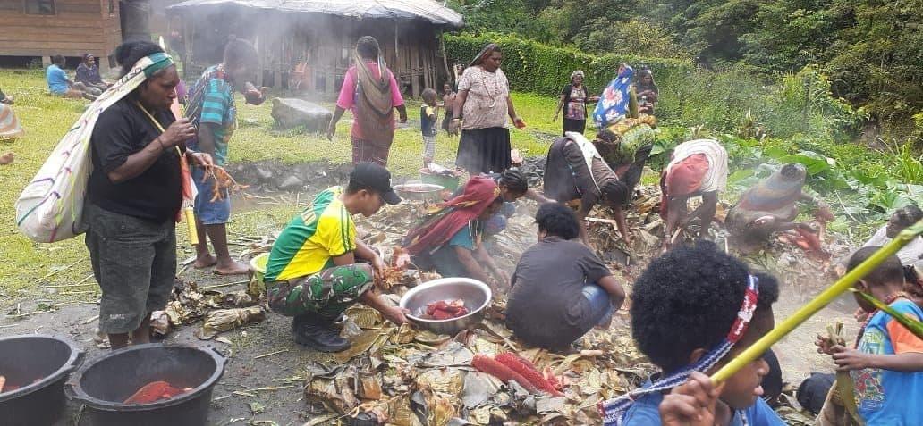 Tradisi Barapen, Silaturahmi dan Kebersamaan Satgas Yonif 754 Dengan Masyarakat Tembagapura