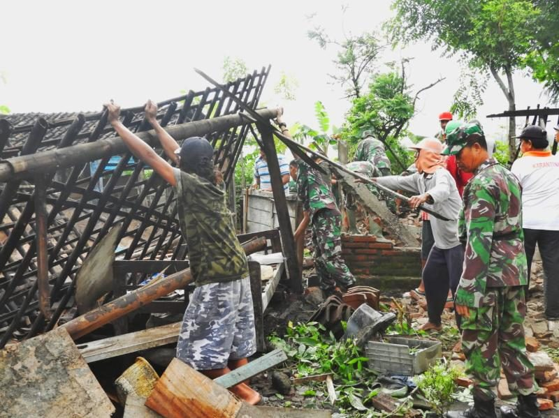 Prajurit Kostrad Bersihkan Rumah Warga Korban Puting Beliung di Ngawi