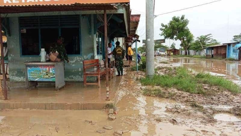 Sungai Meluap, Babinaa Ketanggungan Bersihkan Lumpur
