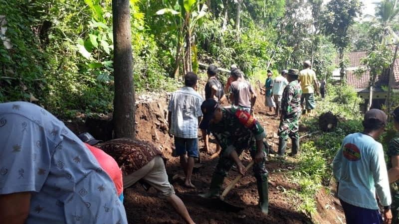 Terputus Banjir Bandang, Koramil Sukorambi Buat Jalan Tembus