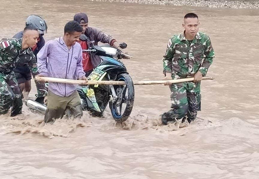 Terjebak Banjir, Satgas Yonif 132 Bantu Warga Seberangkan Kendaraan