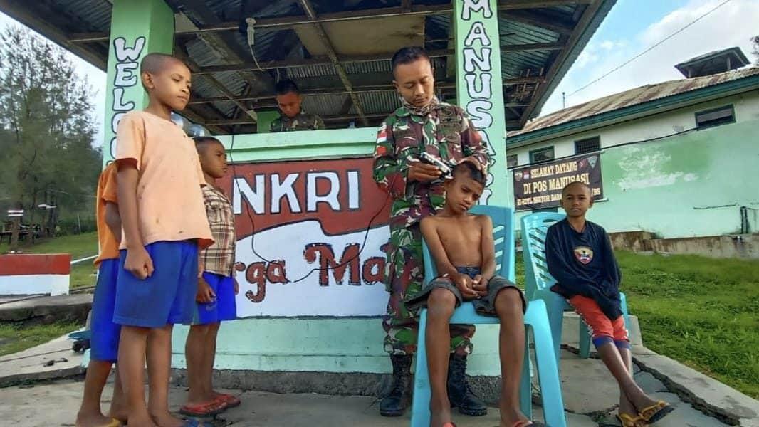 Budayakan Rapi, Satgas Yonif 132 Pangkas Rambut Anak Perbatasan RI-RDTL