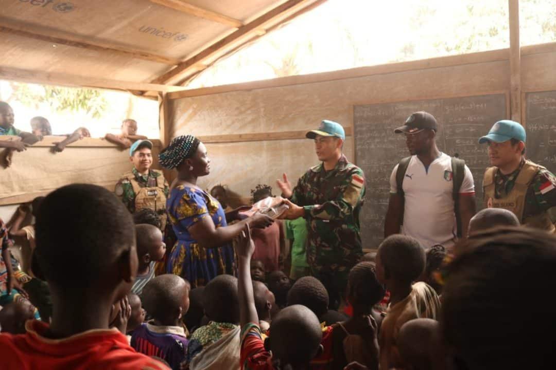 Peduli Anak Afrika Tengah, Satgas Kizi TNI Bagikan Alat Tulis