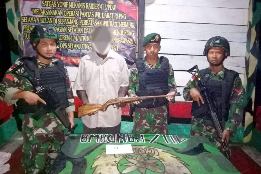 Sukarela, Mantan Simpatisan OPM Serahkan Senjata Ke Satgas Yonif MR 411