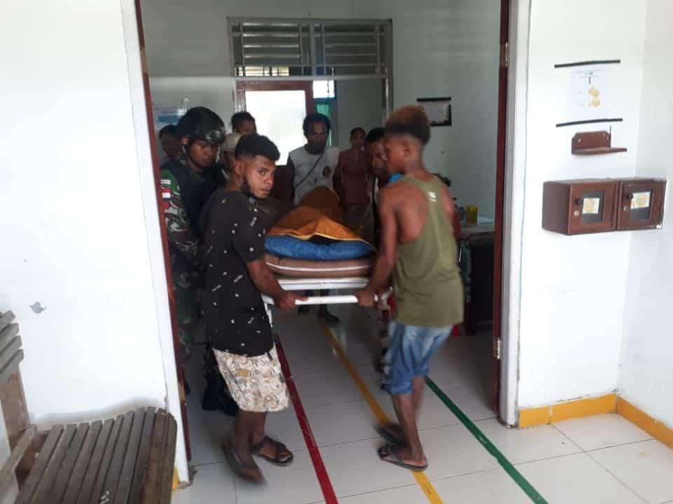 Cegah Amuk Massa, Satgas Yonif 754/ENK Evakuasi Korban Tabrakan