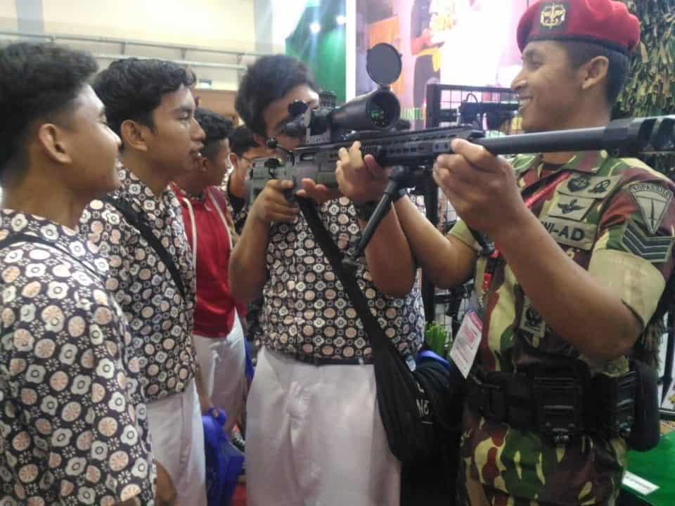 Antusiasme Para Pelajar Kunjungi Stan Angkatan Darat